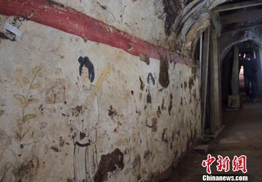 墓室精美壁画。 记者 张远 摄