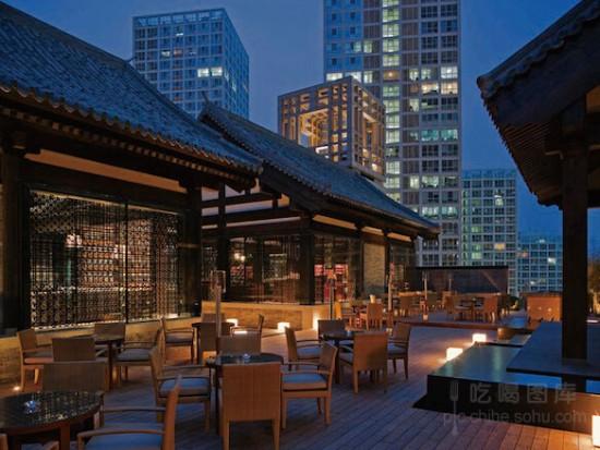 """北京柏悦酒店秀 作为北京首个结合生活态度和建筑美学的娱乐场所,位于银泰中心6层的秀无疑是感受北京特色酒吧的代表。位于高楼顶层的中式风格建筑让人在饮用西方香槟之时完成中西合璧。这座处在繁华CBD闹市中心的空中庭院拥有五个不同的主题酒吧,露台和水景,为炎炎夏日带来一丝清爽。""""秀""""也说明这里的现场乐团表演之火热,而爽口的香槟无疑是最好的消暑饮品。地址:北京市银泰中心6层电话:(10)85671108营业时间:18:00-02:00(周日至周三)18:00-03:00(周五,周六及公共假期"""