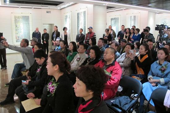 6、开幕式上的观众们.JPG