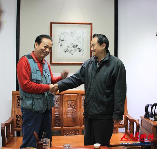11、李人毅与著名画家周顺凯亲切交谈.JPG