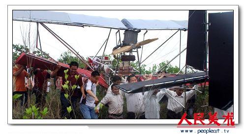 """他的飞天梦仍难如愿,""""飞机""""在飞起上空50多米高后,最终因木质螺旋桨"""