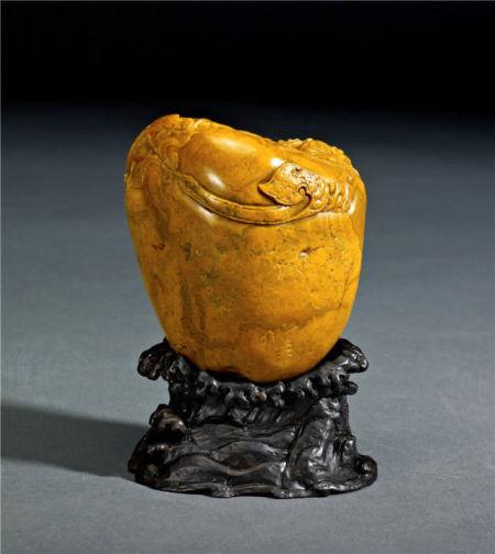 作品名称:螭虎献宝 484g 作者:郭功森 中国工艺美术大师 螭虎在中华民族的古老文化中代表神武、力量、权势、王者风范,更是一种文化载体和历史缩影。作品中一群螭虎众星拱月般团聚在宝物四周,作者抓住了螭虎的动感、曲线之美和威严而不失可爱的特点,都赋予它们独一无二的线条,充分发挥自身的石质特性,形成独特的螭虎魅力,让观者细细品味其的文化内涵。