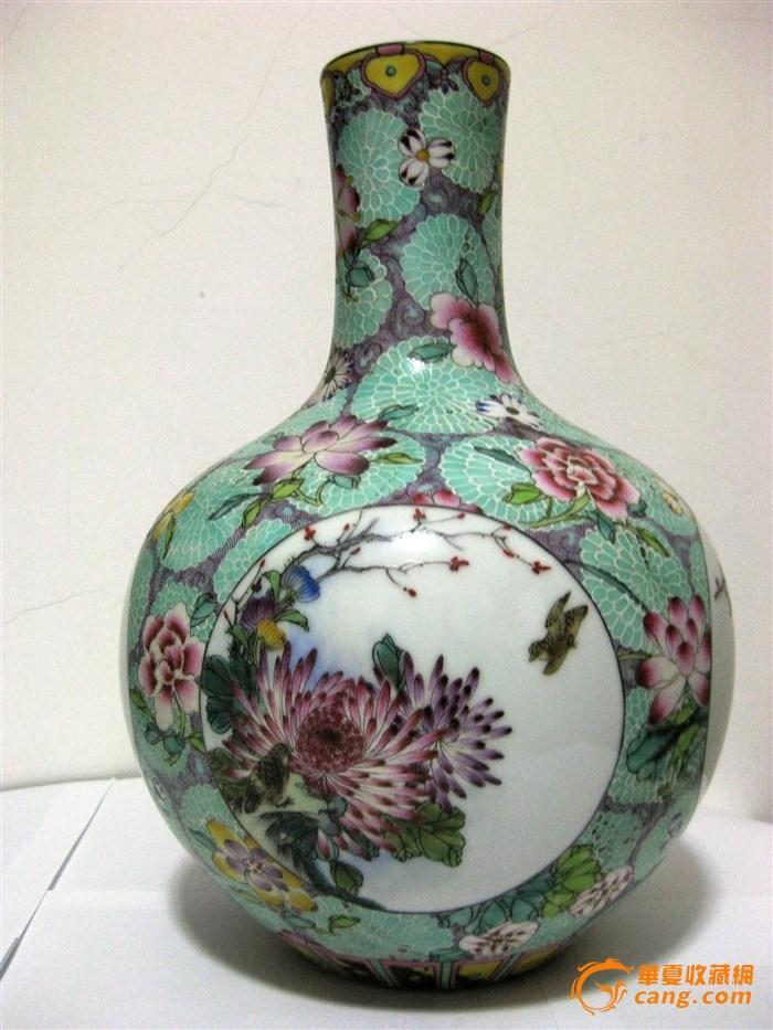 有一对青花啤酒杯是1635年根据荷兰人送到中国的木质模型生产的,器型