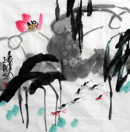 纵观邵志杰的花鸟作品,很好地体现了写意花鸟画的审美特征,以及写意花鸟画的精髓。观其作品,不论是带霜黄菊、傲雪红梅、清幽荷塘、春风紫藤、金秋桂花,还是葫芦、丝瓜、葡萄、西瓜等,往往了了几笔,就勾画出了这些花卉的内在精神,巧用留白,画面简约而意境深远,给人以强烈的精神感悟,无不处处见性情,处处见意趣,极尽物态之鲜活趣味。花鸟、虫鱼、小景,虚与实、隐与显、动与静相互交织,协调统一,在章法、造型、笔墨、色彩、意韵等方面得心应手,在笔歌墨舞中抒写鲜明的个性,以诗人的修养和情怀展开丰富的艺术想象,使画中的情境、意趣