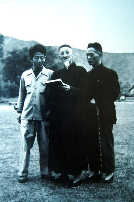 洪世清(左)与恩师黄宾虹(中)在一起DSC02371.JPG