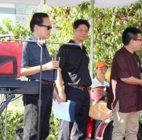 美国蒙特利公园市市长陈赞新向李德哲画展先生颁发贺状