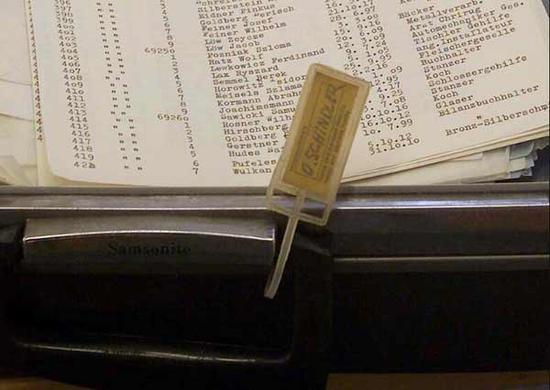 放有辛德勒名单的行李箱上,挂有辛德勒的姓名条。这次拍卖的名单共有 14页,上面印有 801个男性名字。