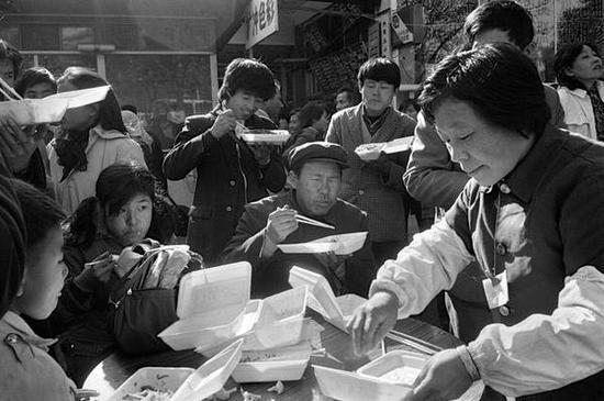 前门地区,卖盒饭的摊主。北京,1986年。【摄影:Guy Le Querrec】