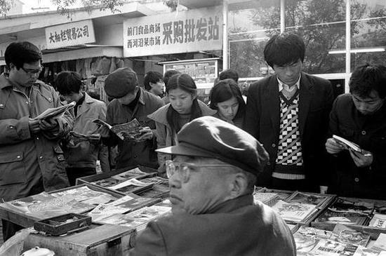 前门地区,书摊。北京,1986年。【摄影:Guy Le Querrec】