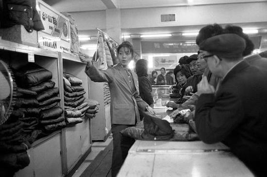 大栅栏,商场购物的人们。北京,1986年。[摄影:Guy Le Querrec]