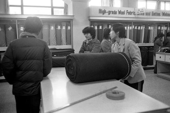 前门地区的商场。北京,1986年。【摄影:Guy Le Querrec】