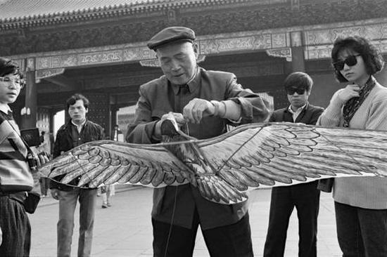 天坛,放风筝的人。北京,1986年。【摄影:Guy Le Querrec】
