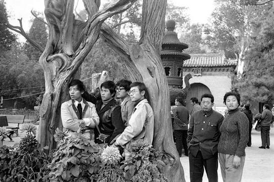 紫禁城的游客。北京,1986年。【摄影:Guy Le Querrec】