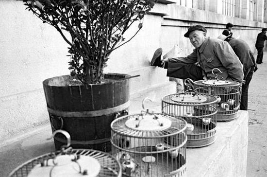 路边锻炼的老人。北京,1986年。【摄影:Guy Le Querrec】