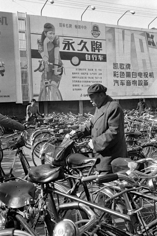 前门地区的自行车。北京,1986年。【摄影:Guy Le Querrec】