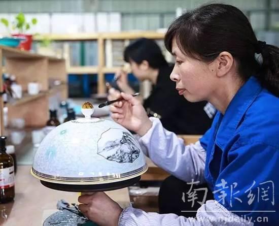 """丝路国宴""""餐瓷图案取材《富春山居图》"""
