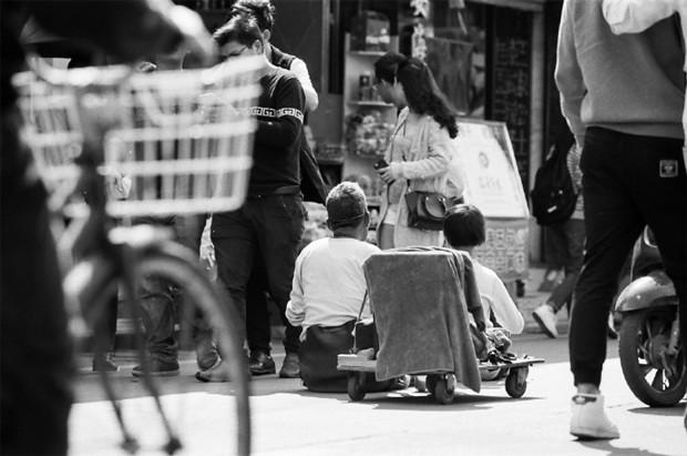 生活不易的黑白色调人文摄影图片