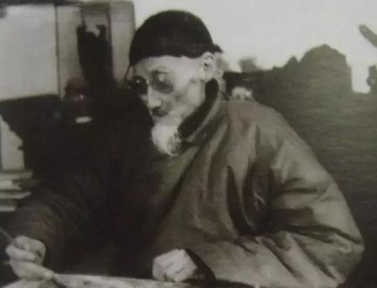 上图为九十二岁的黄宾虹 1955年2月4日,美院胡一川老师来探望先生黄宾虹,见黄宾虹已重病明显消瘦,仍伏案孜孜作画,遂拍下当时情景。