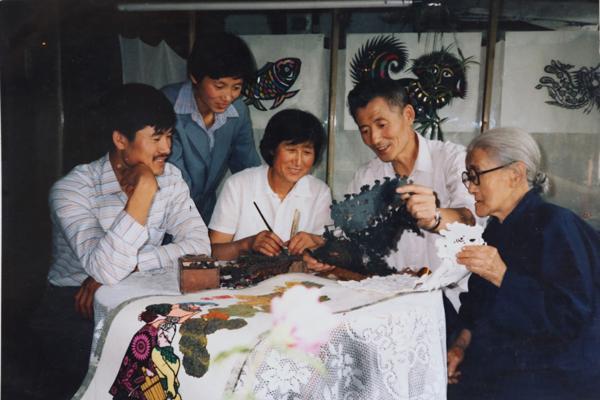 2、傅作仁剪纸世家的三代人.JPG