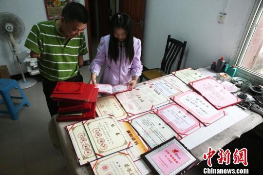 安徽无臂书法家赵靖的书法作品在各个比赛中获奖 夏莹 摄