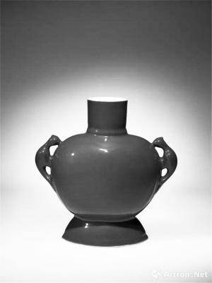 ■清雍正紫金釉鹦鹉耳扁瓶以590万港元成交。