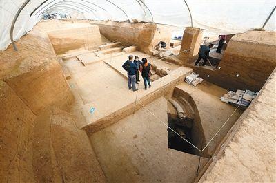 考古队在南侧的浴室旁发现了保存完整的排水管道和污水渗井 记者 张宇明 摄