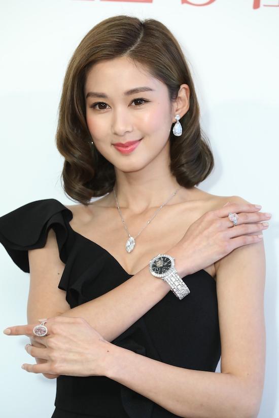 模特同时展示多件拍品,包括两枚估价极高的粉钻戒指。