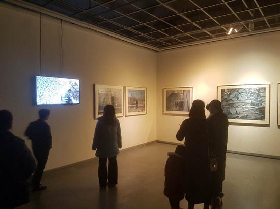 观众在展厅观摩参展艺术家陈光作品_nEO_IMG.jpg