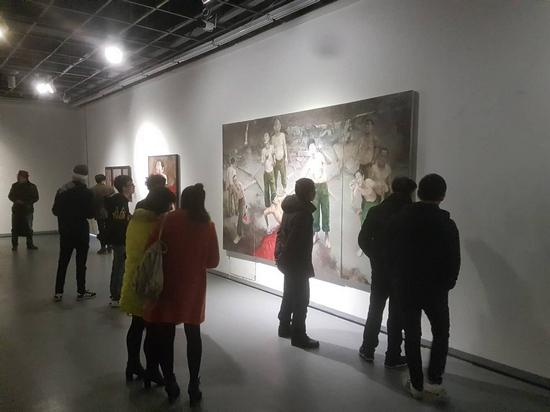 观众在展厅观摩参展艺术家郭诗宇作品_nEO_IMG.jpg