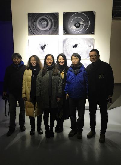 韩国艺术家李昇夏与其他参展艺术家及观众合影_nEO_IMG.jpg