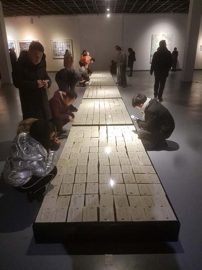 观众在展厅观摩参展艺术家李文作品_nEO_IMG.jpg