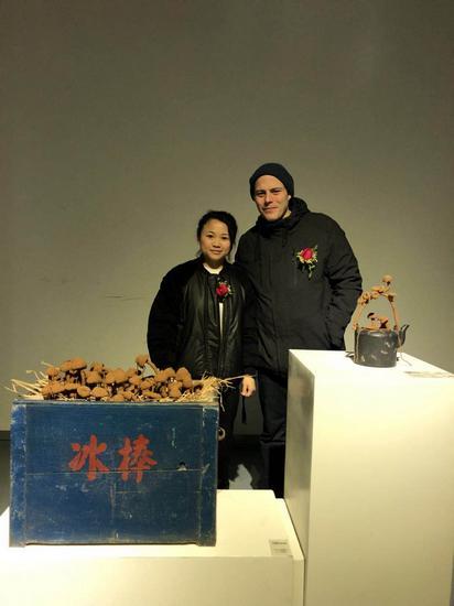 参展艺术家欧阳雪芬与德国艺术家Dirk Baumanns合影_nEO_IMG.jpg