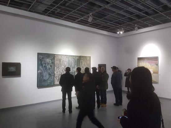 观众在观摩参展艺术家周国生作品_nEO_IMG.jpg