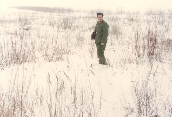 1984年,作者在双亲长眠地流连往返.jpg