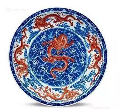 """清雍正 青花矾红""""水波云龙""""纹折沿大盘 尺寸 直径47.5cm"""