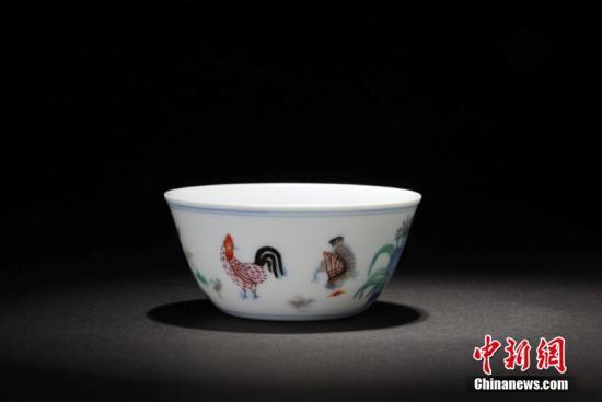 资料图:景德镇瓷器鸡缸杯。(中新社记者 鲍麟 摄)