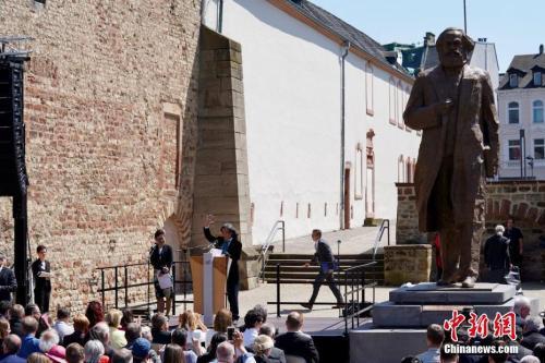 资料图 5月5日中国赠送的马克思雕像在其故乡德国特里尔正式揭幕 中新社记者 彭大伟 摄