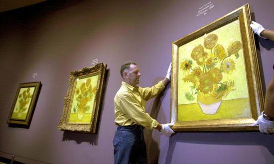凡高《向日葵》系列作品中的其中三幅同时亮相阿姆斯特丹凡高博物馆(图片来自英国《卫报》官网)