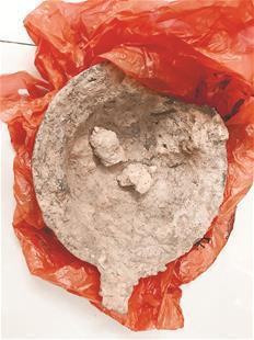 图为被盗挖的宋代墓以及收缴的文物
