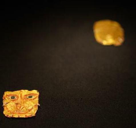 2012年西藏阿里古如甲木墓地出土的金面具记者 曾洁金沙李丹供图