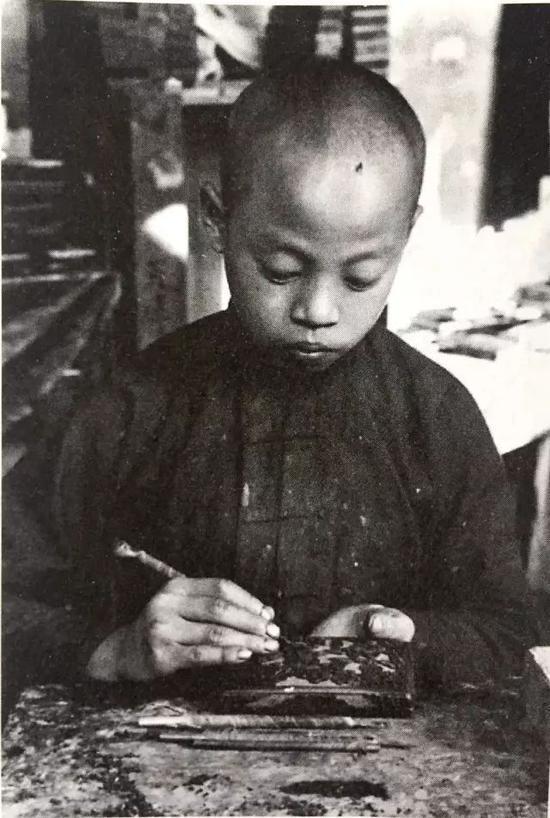 老北京学习漆雕的小学徒