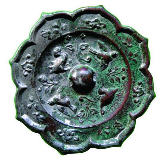 图1。唐代雀绕花枝菱花镜