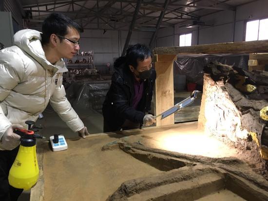 柴佳(左)与王忠刚(右)在维护文物。受访者供图