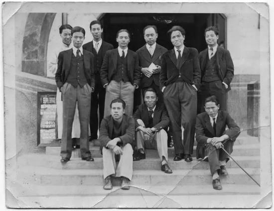 决澜社第一届展览会,于1932年10月,在上海爱麦虞限路45号中华学艺社举行。(后排左起庞薰琹、杨秋人、阳太阳、倪贻德、王济远、周多、李仲生;前排左起梁锡鸿、张弦、段平右)