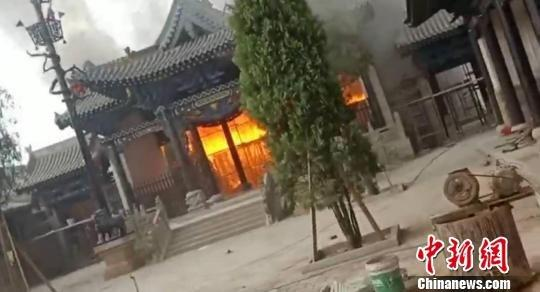 图为附近居民拍摄的火灾现场。视频截图 摄