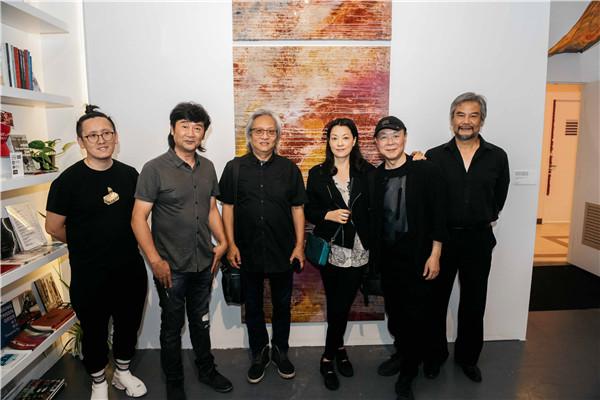 左起: 独立策展人龙邃洋先生,融空间艺术基金会主席黄志荣先生,摄影家温一沙先生,艺术家郭燕女士,艺术家王义明先生.JPG