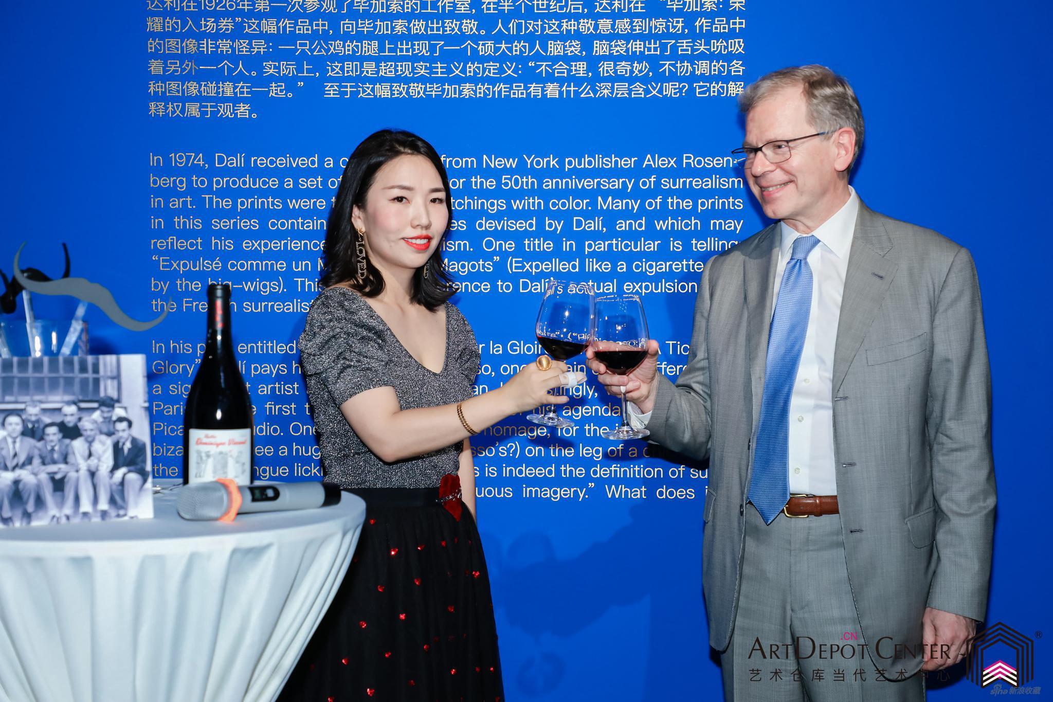 艺术仓库当代艺术中心创始人及中方策展人Serena Zhao、瑞士联邦驻华特命全权大使罗志谊博士阁下在本次的展览开幕上预祝艺术大展开幕取得圆满成功
